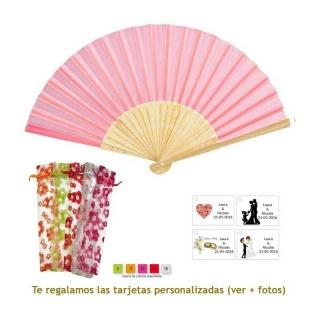 Abanico de bambú en color rosa en bolsa de organdil con flores
