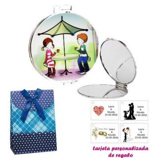 Espejo con sombrilla y niños, con caja de flores y lazo azul, y tarjeta personalizada